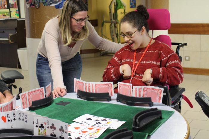benevole et personne handicapée jouant au bridge
